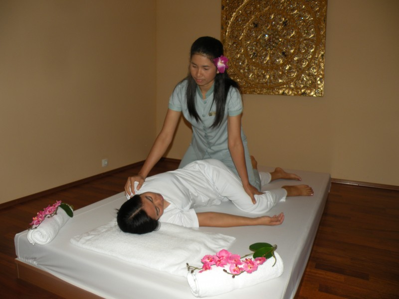 COMBINATION OF TRADITIONAL THAI MASSAGE AND MASSAGE WITH AROMATIC OILS