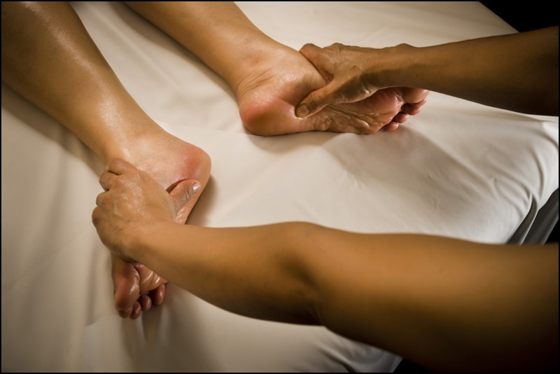 ANTI-STRESS MASSAGE OF THE FEET AND HANDS